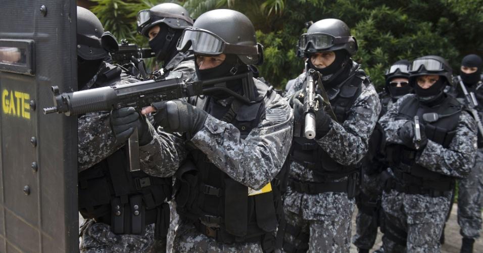 Membros da Polícia Militar realizaram nesta terça-feira uma simulação de situações de emergência