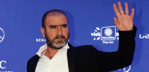 Eric Cantona, ex-jogador do Manchester United, acena para os fotógrafos no Prêmio Laureus