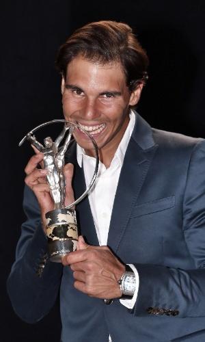 26.03.2014 - Rafael Nadal posa com o troféu conquistado de retorno do ano. Ele, que não pôde ir ao evento por estar no Masters 1000 de Miami, gravou uma mensagem celebrando a conquista