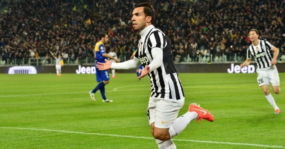 26.mar.2014 - Argentino Carlitos Tevez pede apoio da torcida após marcar para a Juventus na partida contra o Parma pelo Campeonato Italiano