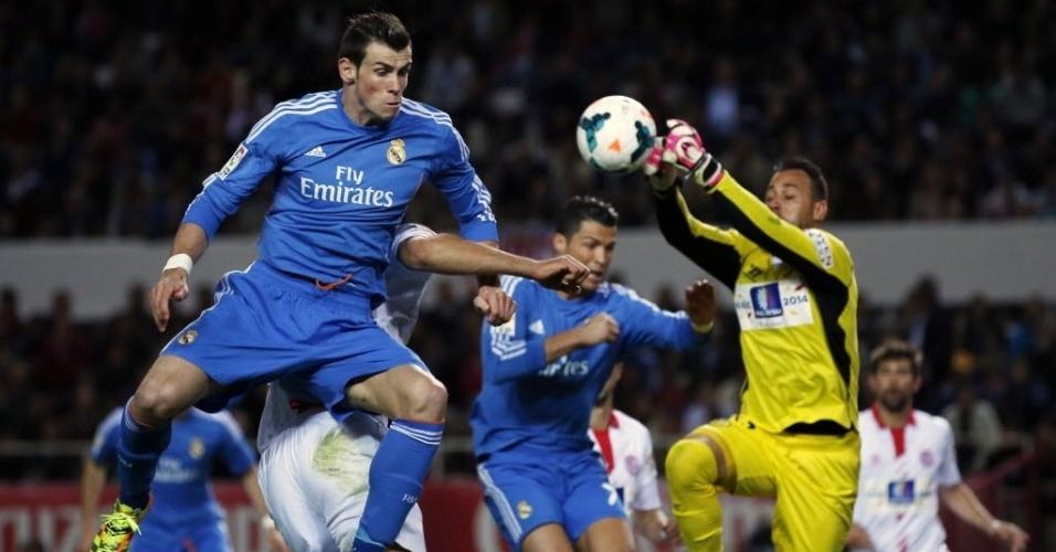 26.mar.2014 - Bale e Cristiano Ronaldo disputam bola na área do Sevilla em partida do Campeonato Espanhol