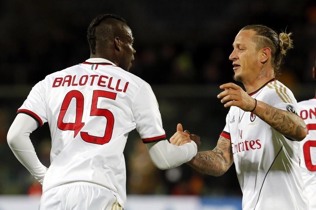 26.mar.2014 - Balotelli cumprimenta Philippe Mexes, autor do primeiro gol do Milan na partida contra a Fiorentina pelo Campeonato Italiano