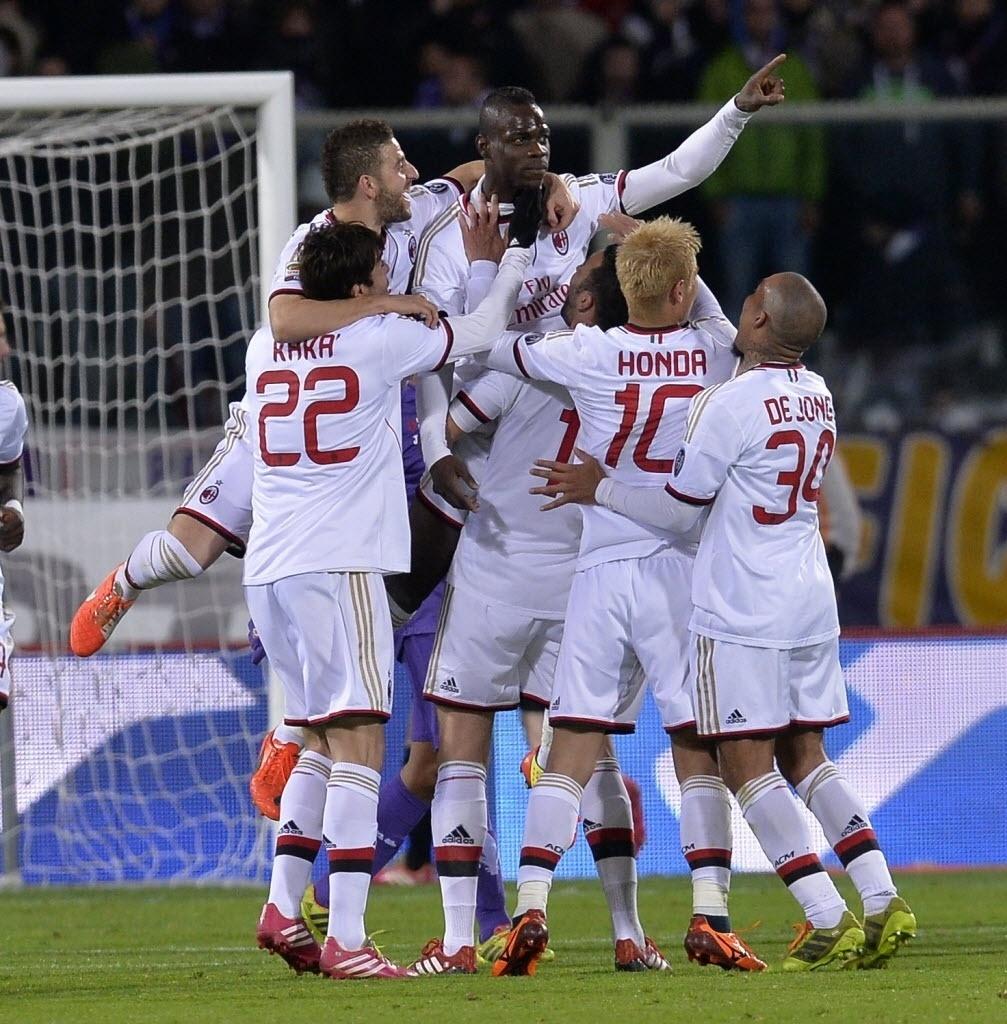 26.mar.2014 - Balotelli é levantado pelos seus companheiros do Milan após marcar na partida contra a Fiorentina pelo Campeonato Italino