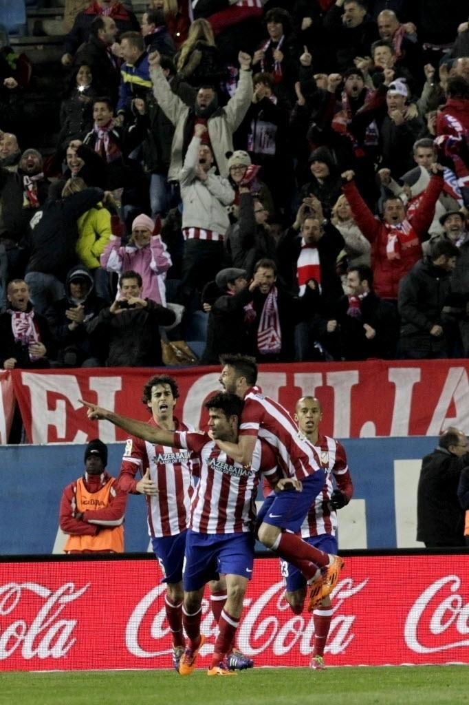 26.mar.2014 - Diego Costa comemora após abrir o placar para o Atletico de Madri na partida contra o Granada pelo Campeonato Espanhol