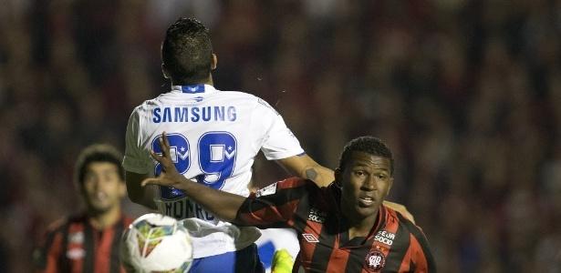Douglas Coutinho, do Atlético-PR, é protagonista de disputa entre Cruzeiro e Flamengo