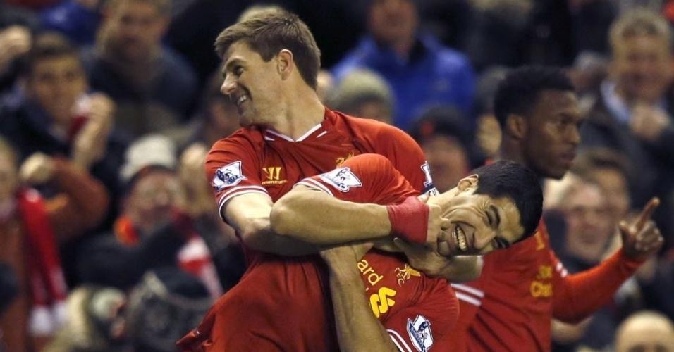 26.mar.2014 - Gerrard agarra o pescoço de Luis Suárez após abrir o placar para o Liverpool na partida contra o Sunderland pelo Campeonato Inglês
