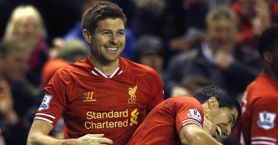 26.mar.2014 - Gerrard comemora com Luiz Suárez após marcar um golaço de falta ara o Liverpool na partida contra o Sunderland pelo Campeonato Inglês