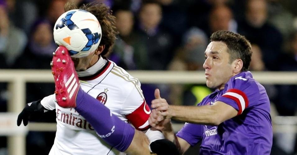 26.mar.2014 - Kaká disputa pela bola com Gonzalo Rodriguez durante a partida entre Milan e Fiorentina pelo Campeonato Italiano
