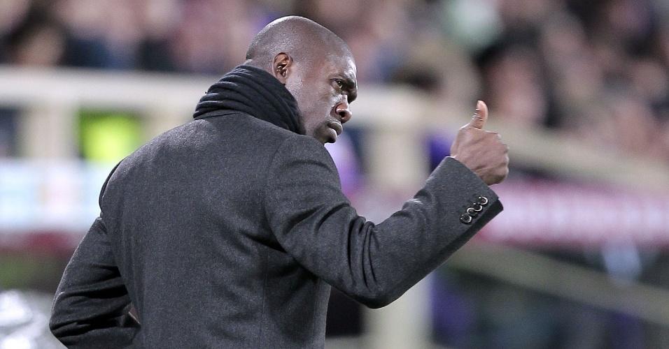 26.mar.2014 - Seedorf parabeniza os jogadores do Milan durante a partida contra a Fiorentina pelo Campeonato Italiano