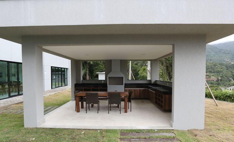 Área externa da Granja Comary conta com espaço para churrasco