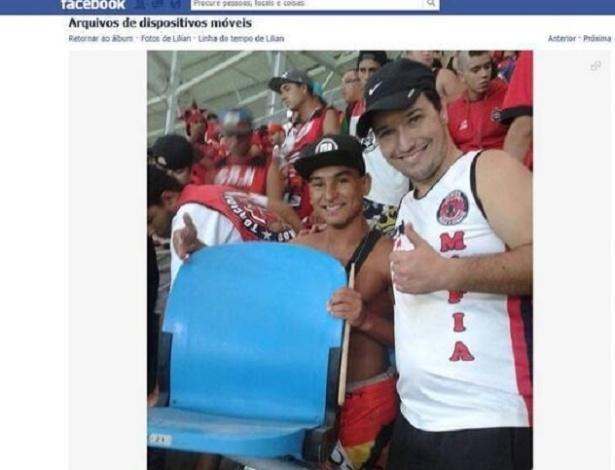 Torcedores do Brasil-RS ostentam cadeira arrancada da Arena do Grêmio na internet