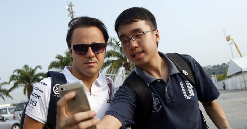 27.03.14 - Felipe Massa é tietado ao chegar para a primeira sessão de treinos da Fórmula 1