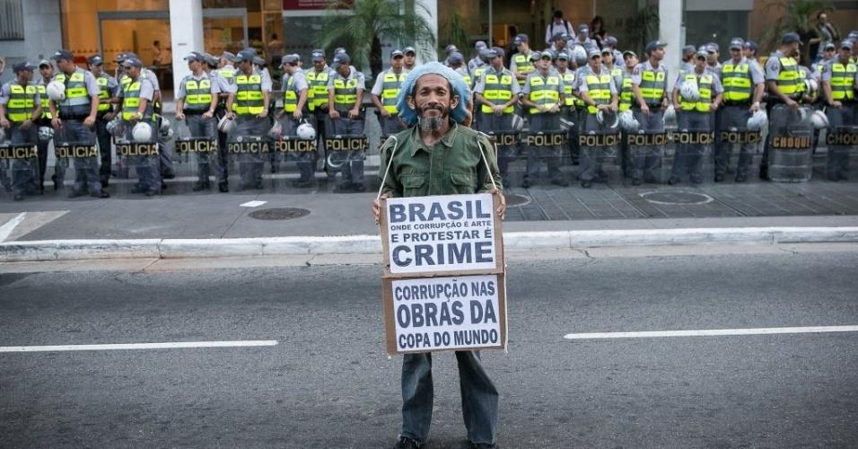 27.03.14 - Manifestante exibe cartaz sobre corrupção nas obras da Copa