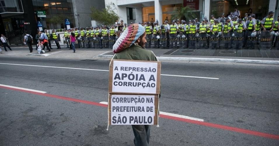 27.03.14 - Manifestante mostra cartaz sobre corrupção na Prefeitura de São Paulo