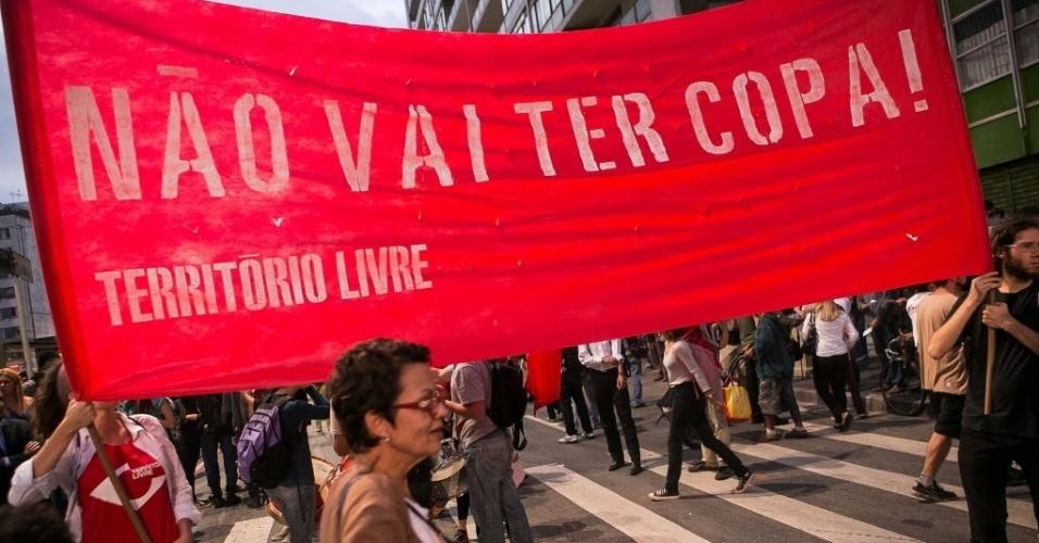 27.03.14 - Manifestantes levantam faixa com recado de que não vai ter Copa em protesto realizado em São Paulo
