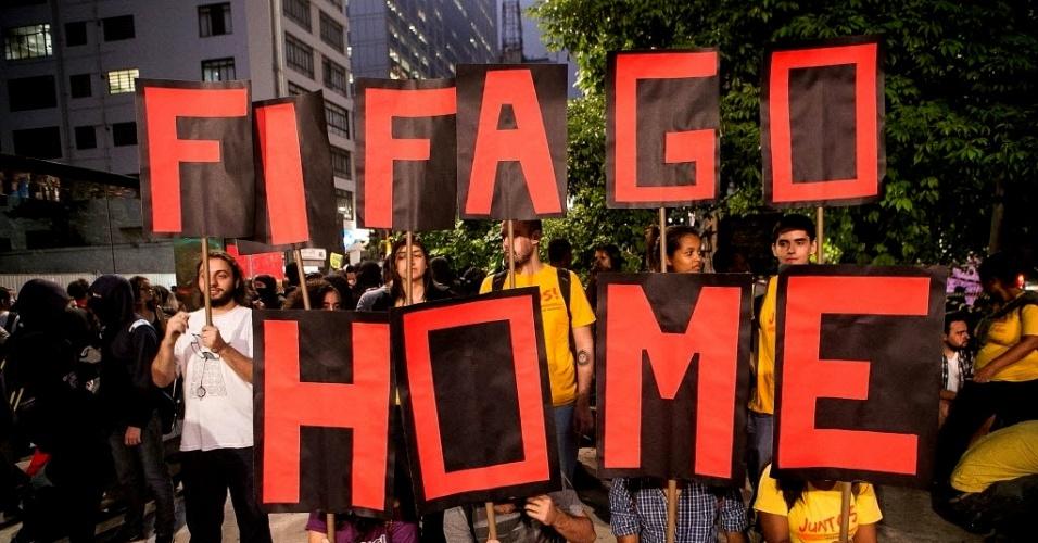 27.03.14 - Manifestantes mandam a Fifa para a casa em protesto contra a Copa em São Paulo