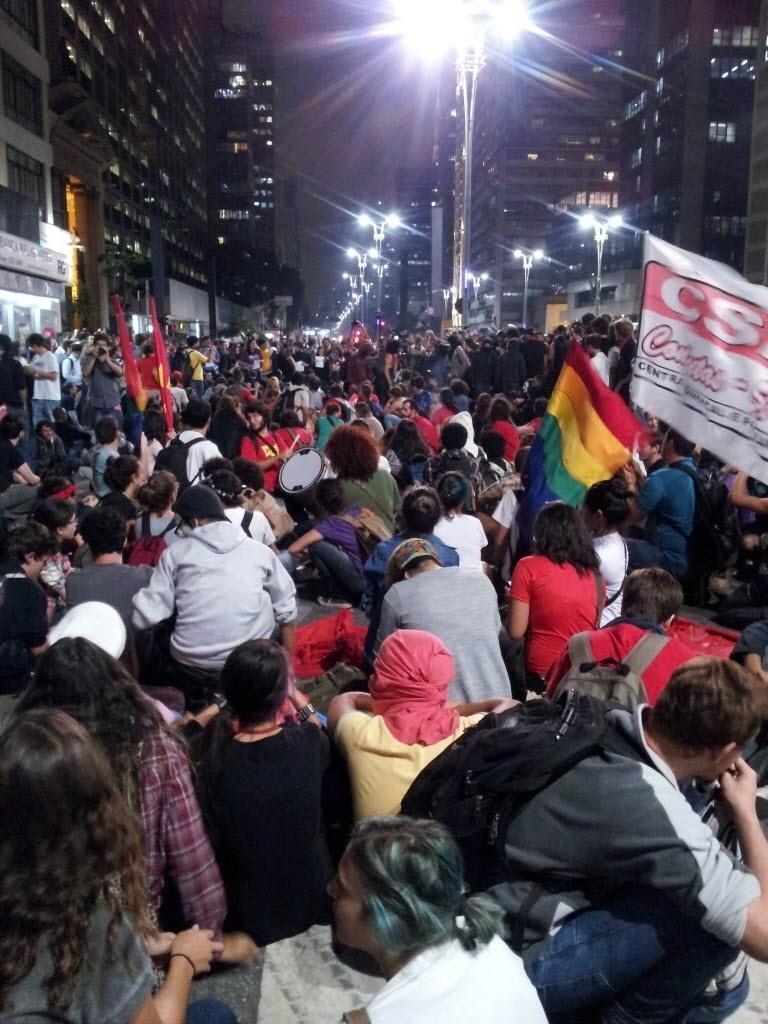27.03.14 - Manifestantes protestam contra a Copa na avenida Paulista, em São Paulo