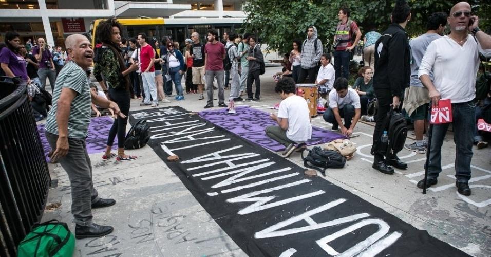 27.03.14 - Manifestantes se reúnem na avenida Paulista para protesto contra a Copa em São Paulo