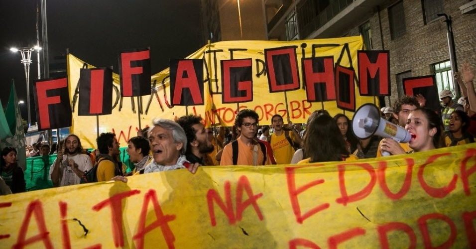 27.03.14 - Manifestantes usam cartaz pedindo para a Fifa voltar para casa em protesto contra a Copa em São Paulo