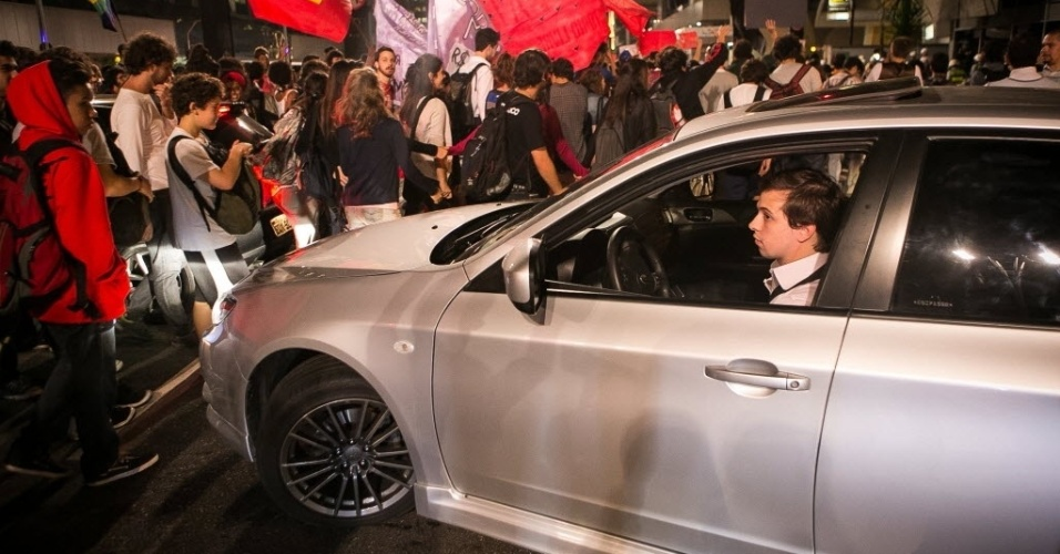 27.03.14 - Motorista tenta fazer retorno durante manifestação contra a Copa em São Paulo
