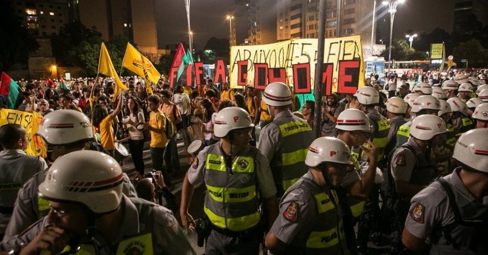 27.03.14 - Policiais acompanham protesto de manifestantes contra a Copa em São Paulo