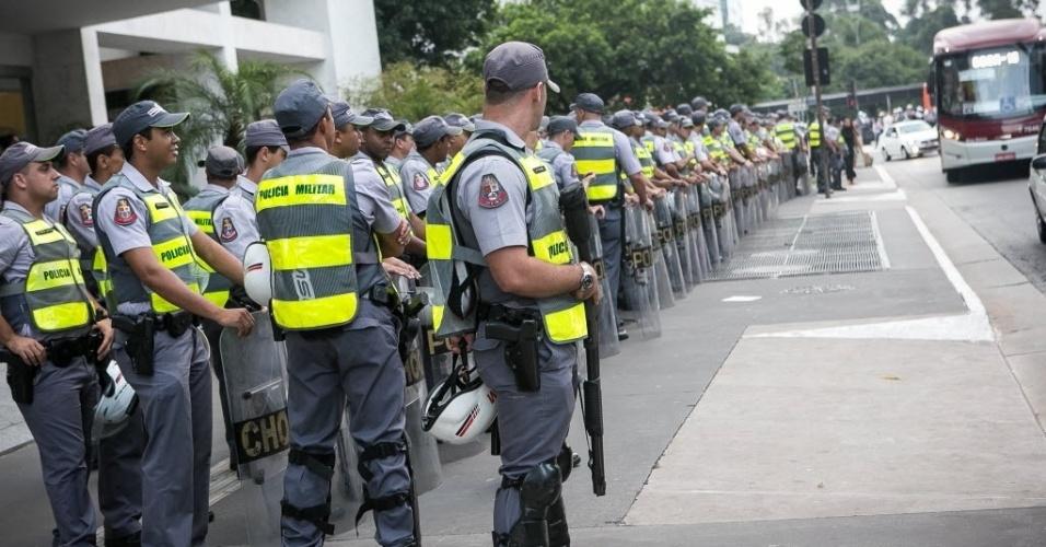 27.03.14 - Policiais preparam equipe para manifestação contra a Copa em São Paulo