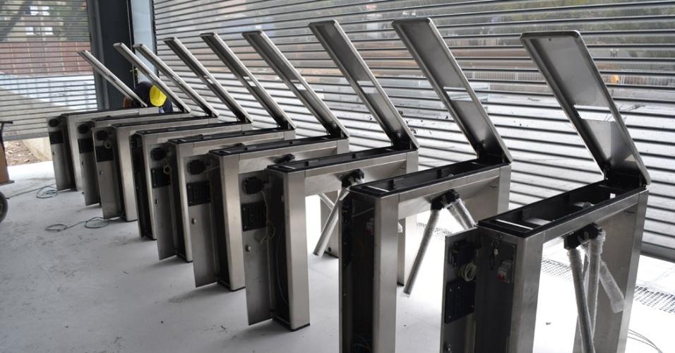 27.mar.2014 - Funcionário realiza a instalação de catracas na nova Arena da Baixada