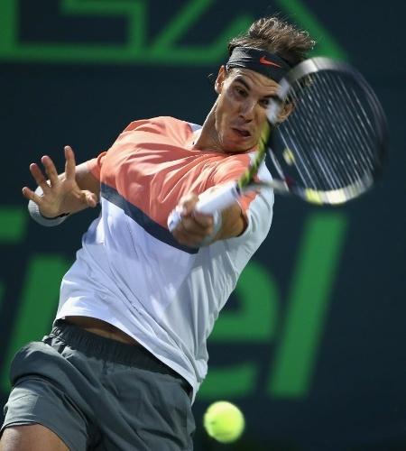 27.mar.2014 - Rafael Nadal acerta golpe de forehand no duelo com Milos Raonic em Miami