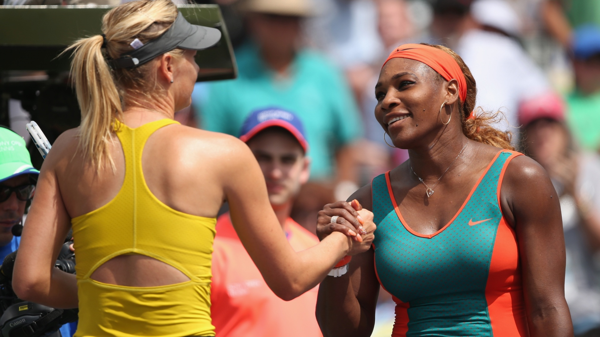 27.mar.2014 - Serena Williams e Maria Sharapova se cumprimentam no Masters 1000 de Miami