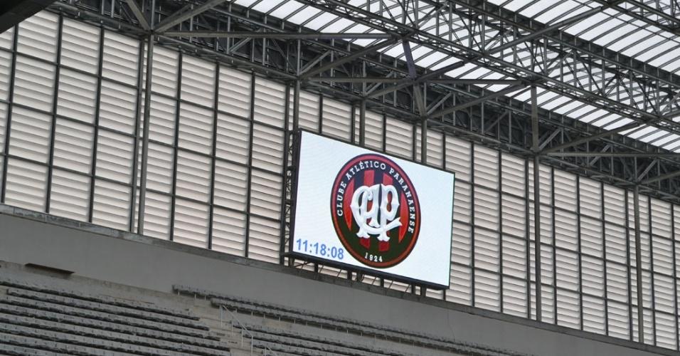 27.mar.2014 - Telão é instalado na Arena da Baixada e já exibe imagem do escudo do Atlético Paranaense