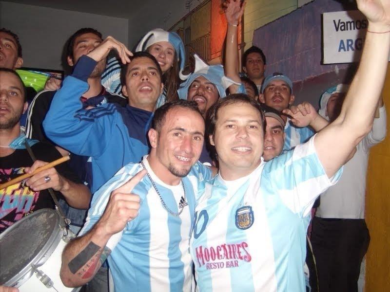 Brasileiros se juntam para assistir aos jogos da Argentina em bar no bairro da Mooca, em São Paulo