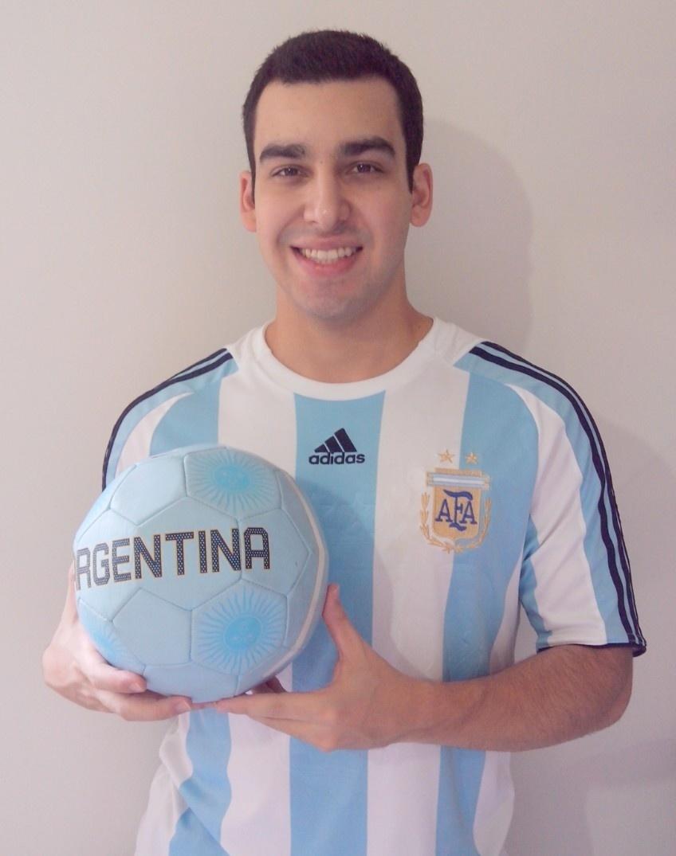 Júnior Marques diz que na Copa de 1998 quando as crianças da escola pintavam o muro de verde e amarelo ele pediu tintas azul e branca porque torcia pela Argentina