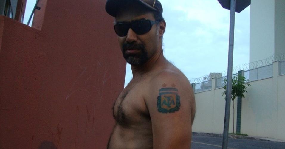 """O professor Marcos Velloso tatuou o brasão da Associação Argentina de Futebol no braço esquerdo para """"demonstrar o amor incondicional"""" que sente pela seleção dos hermanos"""