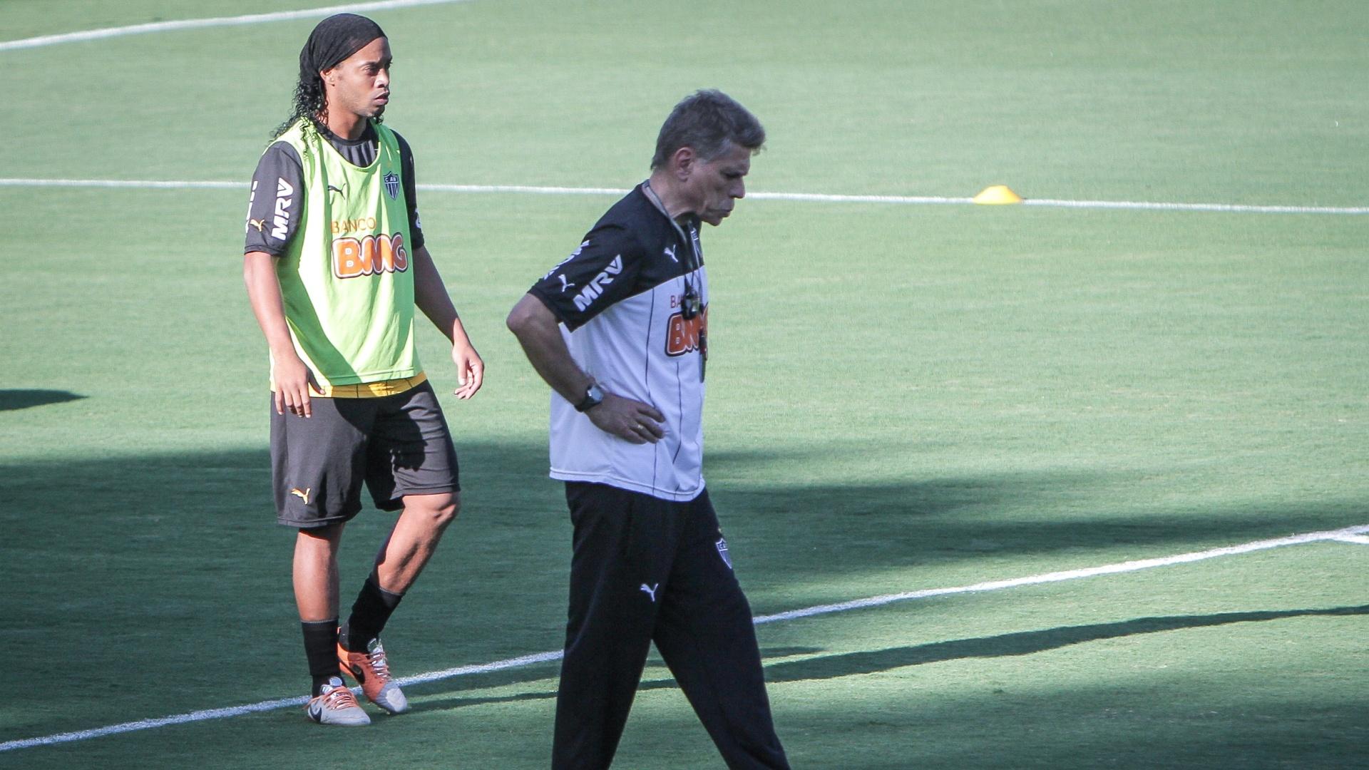 28 mar. 2014 - Ronaldinho Gaúcho e Paulo Autuori durante treino do Atlético-MG na Cidade do Galo
