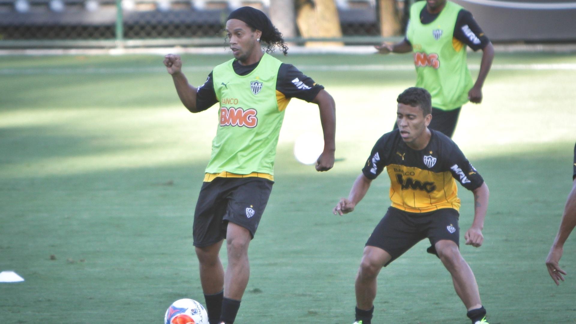28 mar. 2014 - Ronaldinho Gaúcho participa de treino do Atlético-MG na Cidade do Galo