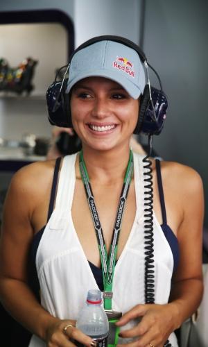 28.03.14 - Surfista brasileira Maya Gabeira marcou presença no box da Red Bull durante a sessão de treinos livres na Malásia