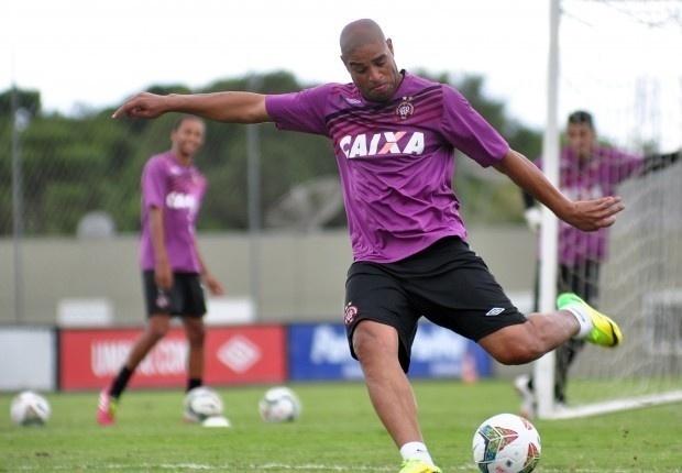 Atacante Adriano participa de treino pelo Atlético-PR