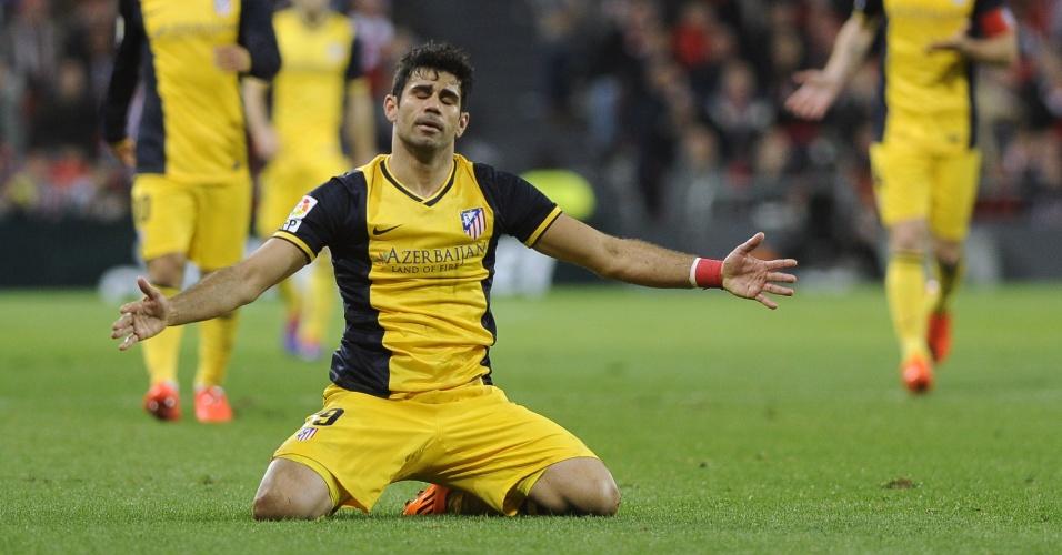 29.mar.2014 - Atacante Diego Costa vai ao chão e reclama durante duelo entre Athletic Bilbao e o seu Atlético de Madri, pelo Espanhol