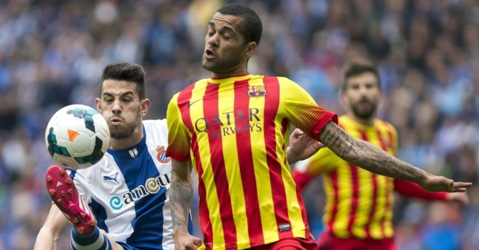 29.mar.2014 - Daniel Alves, lateral do Barcelona, disputa a bola com Luís Pizzi, do Espanyol