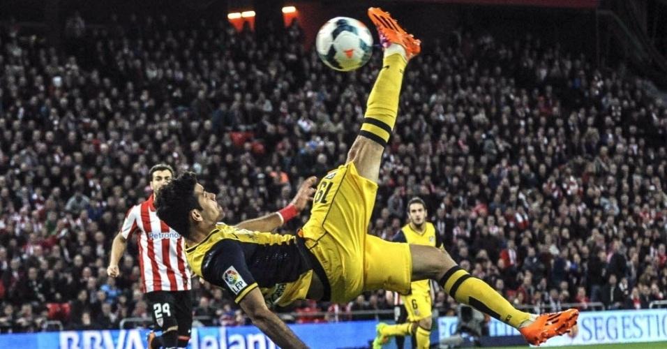 29.mar.2014 - Diego Costa tenta fazer um gol de bicicleta durante a partida entre Atlético de Madri e Athletic de Bilbao