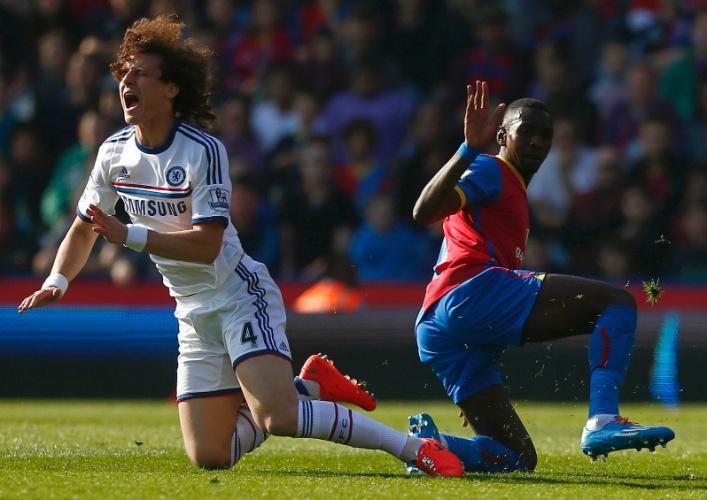 29.mar.2014 - Zagueiro David Luiz é derrubado por Yannick durante vitória de 1 a 0 do modesto Crystal Palace sobre o poderoso Chelsea