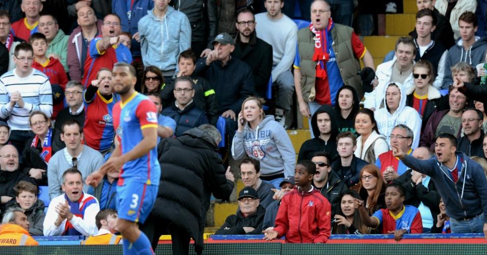 José Mourinho, treinador do Chelsea, fica bravo após gandula-mirim demorar para repor uma bola em jogo na partida contra o Crystal Palace
