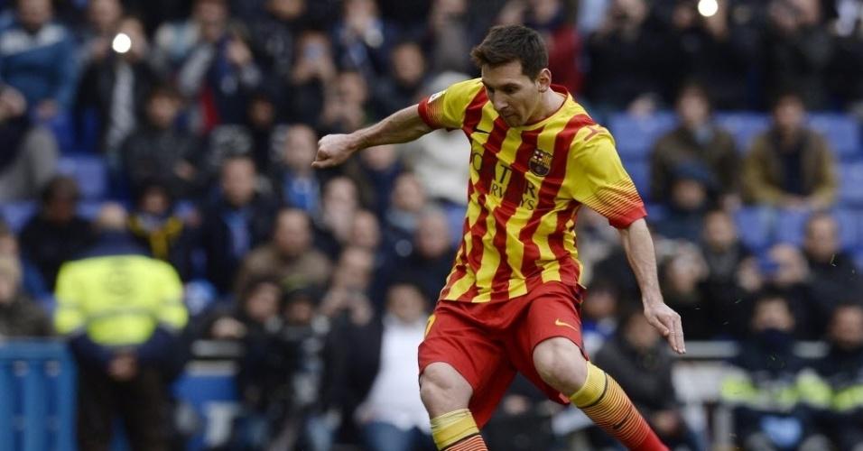 29.mar.2014 - Messi cobra o pênalti para abrir o placar para o Barcelona no clássico contra o Espanyol