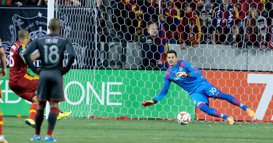 30.mar.2014 - Júlio César, do Toronto FC, erra o lado ao tentar defender pênalti cobrado por Saborio, do Real Salt Lake, em derrota por 3 a 0 pela MLS