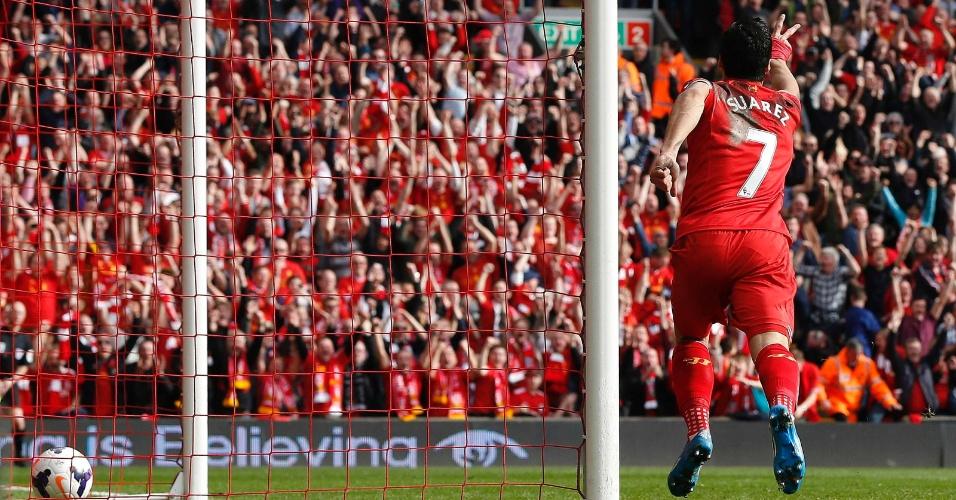 30.mar.2014 - Luis Suárez corre para a torcida após marcar o segundo gol do líder Liverpool na goleada por 4 a 0 sobre o Tottenham