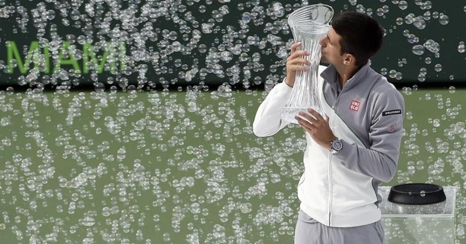 30.mar.2014 - Novak Djokovic beija a taça de Miami, sua quarta, após vencer Rafael Nadal por duplo 6-3