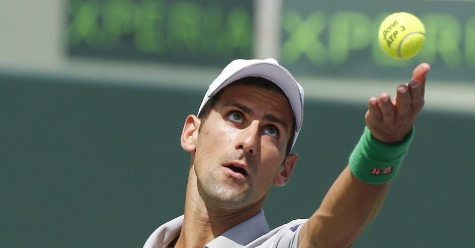 30.mar.2014 - Novak Djokovic saca contra Rafael Nadal, durante final do Masters 1000 de Miami