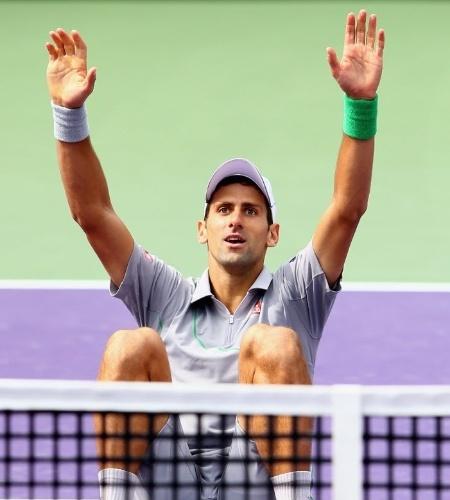 30.mar.2014 - Novak Djokovic se emociona e se joga na quadra após bater Rafael Nadal na final de Miami