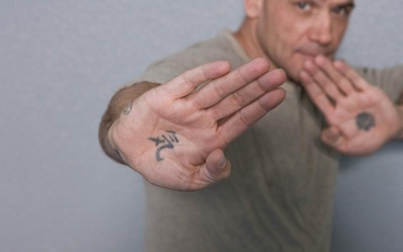 """O ex-lutador holandês Bas Rutten tem duas das tatuagens mais incomuns entre as personalidades do MMA. Ele resolveu desenhar símbolos em suas mãos. Na direita, diz ele está escrito """"força da vida"""". Na esquerda, ele desenhou """"longa vida""""."""