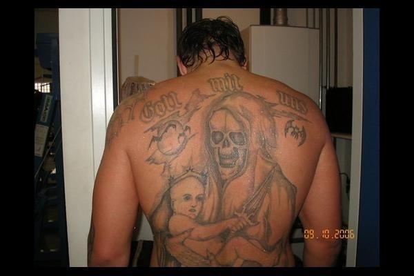 Que terror. Alexander Emelianenko, irmão de Fedor, tem um desenho no mínimo assustador ocupando todas as suas costas. Essa é realmente de gosto duvidoso...